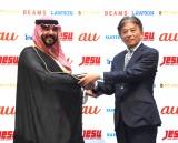 eスポーツ国際親善試合調印式に出席した(左から)ファイサル・ビン・バンダル・アール・サウード殿下、JeSU岡村秀樹会長 (C)ORICON NewS inc.