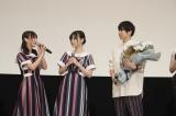 主題歌を担当した乃木坂46の与田祐希、山下美月が花束を持って駆けつけた
