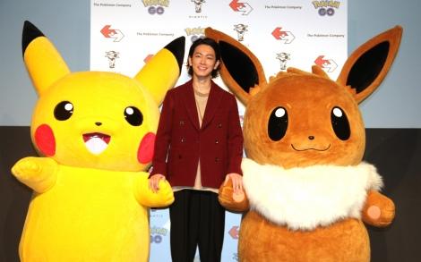 アプリゲーム『ポケモンGO』新CM発表会に出席した(左から)ピカチュウ、佐藤健、イーブイ (C)ORICON NewS inc.