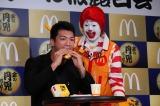 ボクシングスタイル同様、豪快に新作バーガーを頬張る村田選手 (C)oricon ME inc.
