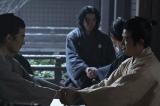 大河ドラマ『西郷どん』第32回「薩長同盟」(8月26日放送)より。薩摩と長州が手を結ぶ歴史的瞬間を象徴する「シェイクハンド」シーン(C)NHK