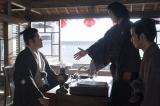 大河ドラマ『西郷どん』第32回「薩長同盟」(8月26日放送)より。坂本龍馬(小栗旬)といえば「シェイクハンドじゃき」(C)NHK
