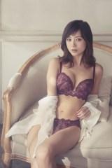 AMPHI(アンフィ) 『グラマリッチブラ』の最新コレクションをまとう伊藤千晃