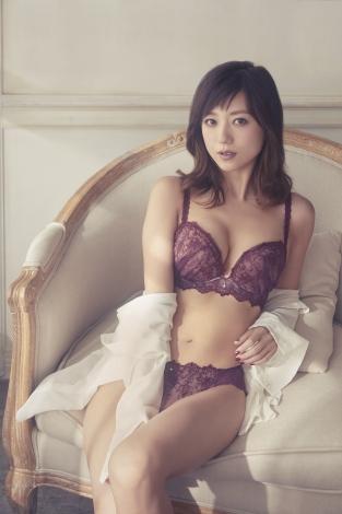 サムネイル AMPHI(アンフィ) 『グラマリッチブラ』の最新コレクションをまとう伊藤千晃