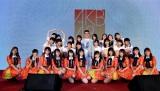 プロデューサー・陳子鴻氏とAKB48 Team TP(C)AKB48 Team TP