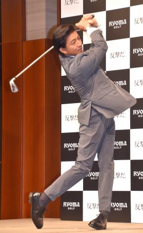 ゴルフスイングを披露した木村拓哉=『リョーマゴルフ新CM発表会』 (C)ORICON NewS inc.