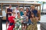 1日放送のフジテレビ系『有吉の夏休み2018 密着120時間inハワイ』よりトロリーをバックに(C)フジテレビ