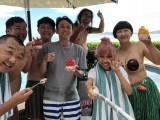 1日放送のフジテレビ系『有吉の夏休み2018 密着120時間inハワイ』よりハワイの豪邸での集合ショット (C)フジテレビ