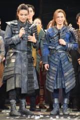 ミュージカル『ナイツ・テイル−騎士物語−』の千秋楽公演に出演した(左から)井上芳雄、堂本光一 (C)ORICON NewS inc.
