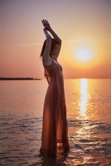スペインのビーチで佇むショットも 宝島社/撮影:土山大輔[TRON]