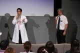 フジテレビ系連続ドラマ『グッド・ドクター』SPトークイベントに登場した左から)戸次重幸、浮山先生(C)フジテレビ