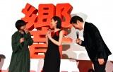 映画『響 -HIBIKI-』(9月14日公開)完成披露舞台あいさつで「一番弟子にしてください」と頭を下げる高嶋政伸に恐縮する平手友梨奈