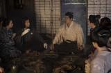 大河ドラマ『西郷どん』第33回「糸の誓い」より。薩摩の西郷家にやってくる、龍馬(小栗旬)とお龍(水川あさみ)(C)NHK