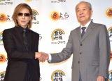 (左から)YOSHIKI、秋田善祺社長 (C)ORICON NewS inc.