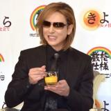 プリンを食べるYOSHIKI=『きよら グルメ仕立て』の新CM発表会 (C)ORICON NewS inc.