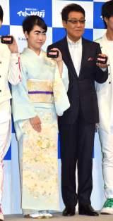 『イモトのWi-Fi』新CM発表会に出席した(左から)イモト、五木ひろし (C)ORICON NewS inc.