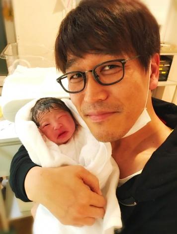 第1子が誕生した古坂大魔王 (本人Twitterより)