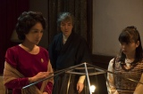 占いの最中のあき子(筒井真理)と美禰子(志田未来)、そして耕助(吉岡秀隆)(C)NHK