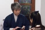 NHK・BSプレミアムで7月28日放送、スーパープレミアム『悪魔が来りて笛を吹く』=ひとりでに鳴りだしたレコードの謎を解く耕助(吉岡秀隆)(C)NHK