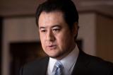 木曜ドラマ『ハゲタカ』最終回(9月6日放送)より。ナレーションを務めてきた小手伸也がサプライズ出演(C)テレビ朝日