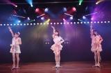 柏木由紀は念願かなって「キャンディー」を披露(左から)佐々木優佳里、柏木、吉川七瀬=AKB48新チームBが新公演をスタート(C)AKS