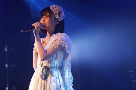 公演センターの福岡聖菜は「夜風の仕業」をソロで歌唱=AKB48新チームB『シアターの女神』公演初日より(C)AKS