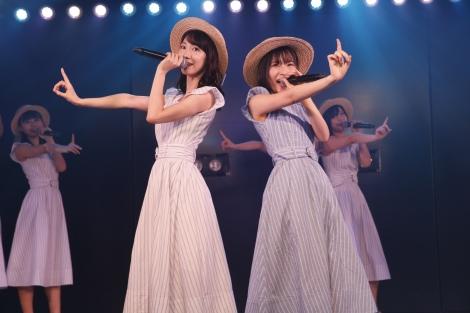 (左から)柏木由紀、福岡聖菜=AKB48新チームB『シアターの女神』公演初日より(C)AKS