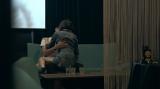 男性の膝の上に座り、幸せそうにキスをせがむ聖南の姿…(C)フジテレビ / イースト・エンタテインメント