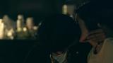 軽井沢篇:聖南に恋をしたミュージシャンの上村翔平からの少し強引なキス(C)フジテレビ / イースト・エンタテインメント