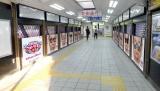 東京・JR原宿駅には全24パターンを掲出(C)テレビ朝日