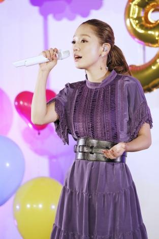映画『3D彼女リアルガール』特別試写会で歌唱する西野カナ