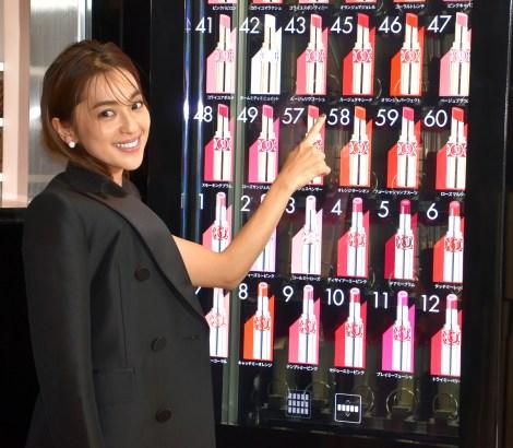 サムネイル リップ製品が購入できる自販機に大喜びしていた中村アン (C)ORICON NewS inc.