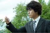 爆発現場の床に落ちていた、色鮮やかな小さな物体を追う糸村(上川隆也)(C)テレビ朝日