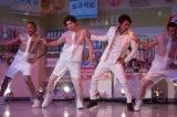 NHK『LIFE!』に出演する大野智(右から2番目)(C)NHK