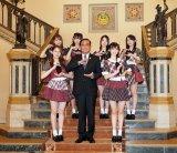 "AKB48がタイのプラユット・チャンオチャ首相と""おにぎりポーズ""(C)AKS"