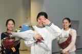 『チア☆ダン』のクランクアップを迎えた(左から)堀田真由、佐久間由衣、箭内夢菜(C)TBS