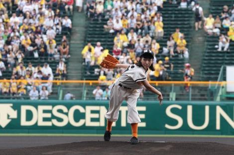 10月1日スタートの連続テレビ小説『まんぷく』のヒロイン・安藤サクラ。ドラマの舞台となる昭和の時代をイメージしたレトロなユニフォームでプロ野球の始球式に登場(C)NHK