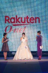 『Girls Award 2018 A/W』にウェディングドレス姿で登場した峯岸みなみ(C)Rakuten GirlsAward 2018 AUTUMN/WINTER
