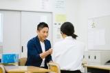 新潟県の開志学園高校女子硬式野球部をサプライズ訪問した前園真聖 (C)oricon ME inc.