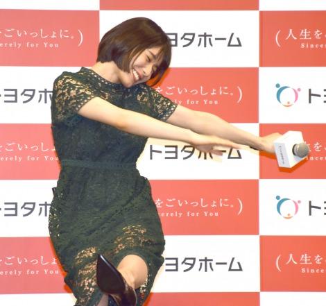 独特なポーズで喜びを表現する松岡茉優=『トヨタホーム新CM発表会』 (C)ORICON NewS inc.