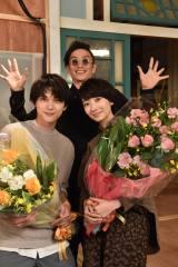 土曜ドラマ『サバイバル・ウエディング』をクランクアップした吉沢亮、波瑠 と駆けつけた伊勢谷友介(C)日本テレビ