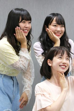 10月3日にスタートする新番組『アナ行き!』の宣伝のため、人気TikToker「むくえな」から動画作成の手ほどきを受ける弘中綾香アナウンサー(C)テレビ朝日