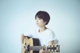 白いTシャツでギターを爪弾き、まるで少年かのようなmiwa