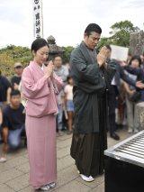 西郷隆盛の命日(9月24日)にお墓参りをした大河ドラマ『西郷どん』主演の鈴木亮平と黒木華(C)NHK