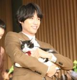 猫を抱いて笑顔で登壇した福士蒼汰 (C)ORICON NewS inc.