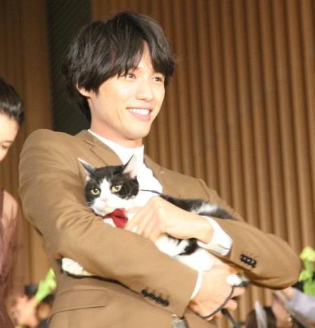 猫を抱いて笑顔で登壇した福士蒼汰 =『旅猫リポート』完成記念カーペットセレモニー (C)ORICON NewS inc.