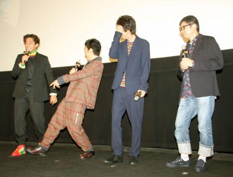 ラップ調のダンスをする草なぎ剛(左から2番目)=映画『ムタフカズ(MUTAFUKAZ)』完成披露舞台あいさつ (C)ORICON NewS inc.