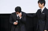 涙を拭う岡田准一(左)の背中をさする西島秀俊