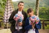 涙のクランクアップを迎えた(左から)山田裕貴、齋藤飛鳥