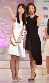 15代目『国民的美少女』グランプリに輝いた井本彩花さん(左)と上戸彩 (C)ORICON NewS inc.